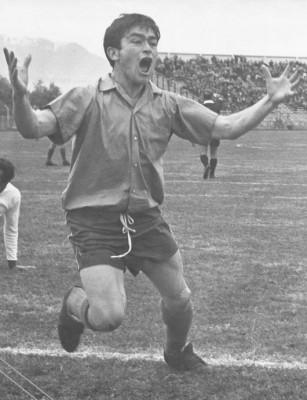 Mario Desiderio celebrando su querida camiseta celeste.